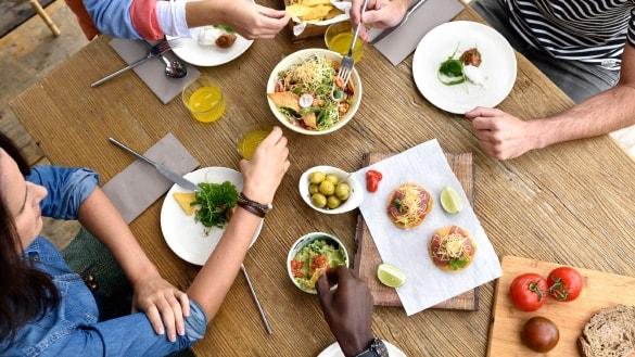 gente comiendo en la mesa